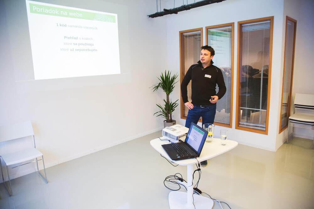 Ján Laurenčík na prednáške Pizza SEO Community o Google Tag Manager