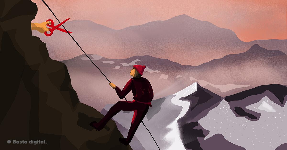 Horolezec sa drží lana, ktoré ruka s nožnicami ide odstrihnúť